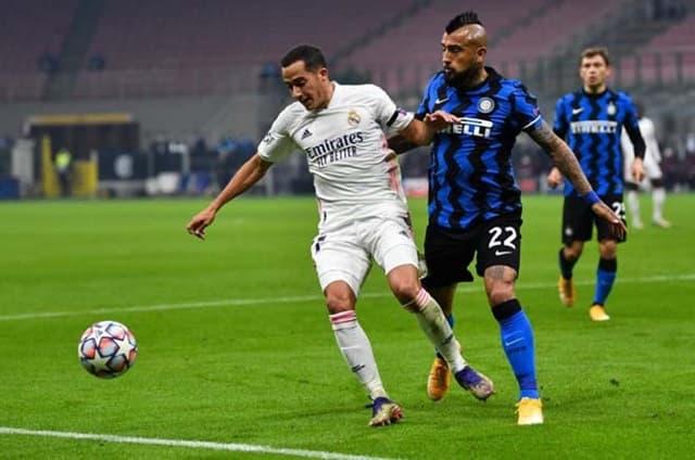 Vidal (áo thẫm) khiến Inter gặp khó với chiếc thẻ đỏ ở phút 33