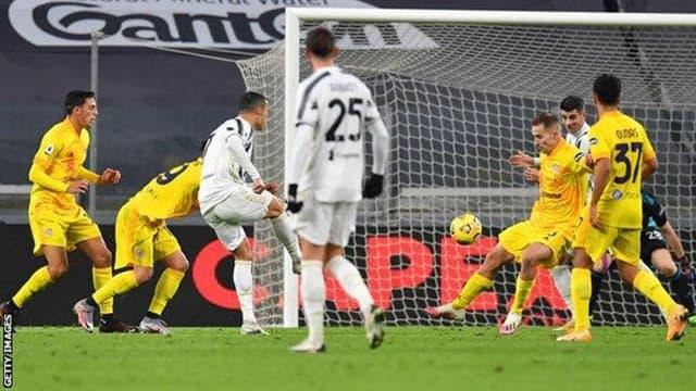 Ronaldo lập cú đúp hoàn hảo chỉ trong 4 phút vào lưới của Cagliari