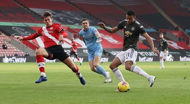 MU (áo đen) gặp nhiều khó khăn trước Southampton