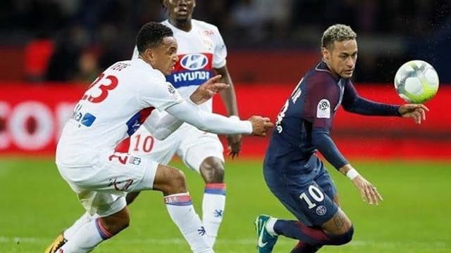 Neymar (áo thẫm) chơi rất nỗ lực trước Lyon
