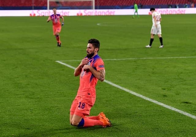 Giroud tỏa sáng với cú poker vào lưới Sevilla