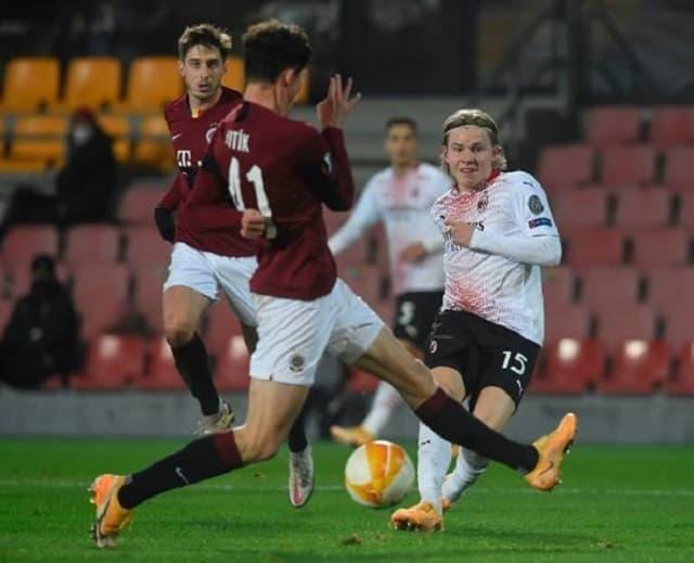 Sao trẻ Petter Hauge (số 15) ghi bàn thắng duy nhất mang về chiến thắng cho AC Milan