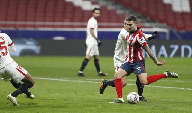 Sevilla bất lực trước Atletico Madrid (áo sọc đỏ - trắng)