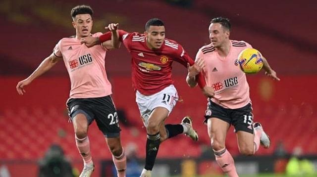 MU (ở giữa) bị kìm kẹp bởi các cầu thủ Sheffield United