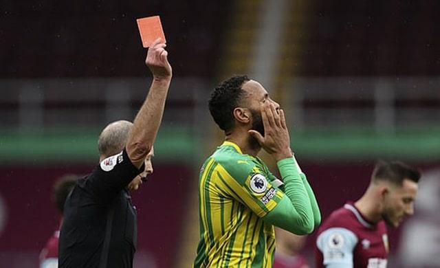 Tấm thẻ đỏ của Ajayi khiến West Brom phải tử thủ sau khởi đầu sáng sủa