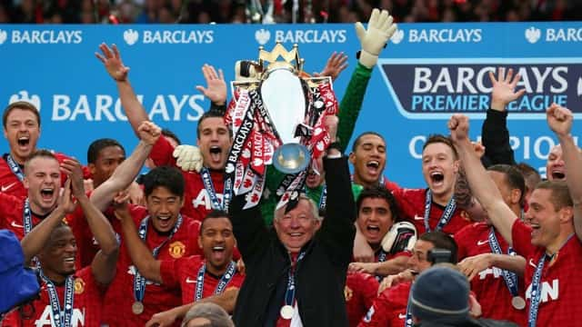 Alex Ferguson ăn mừng cùng các cầu thủ