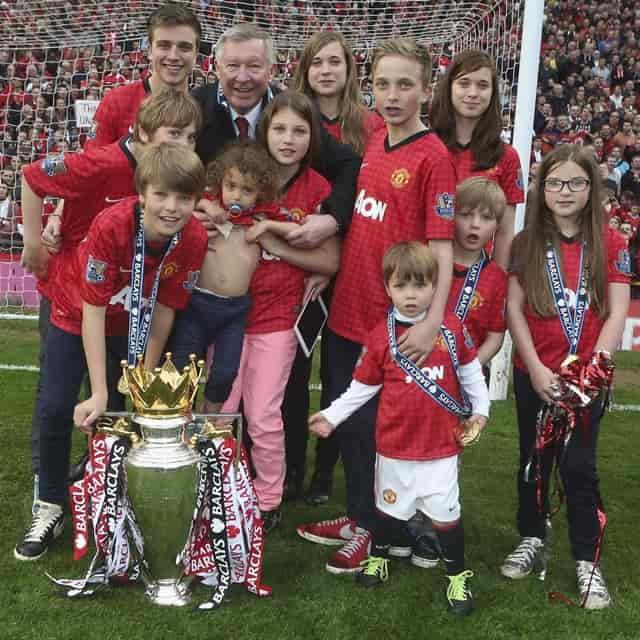 Alex Ferguson cùng các cháu của mình trên sân vận động MU