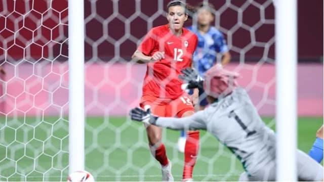 Tiền đạo Christine Sinclair mở tỷ số sớm cho ĐT nữ Canada vào lưới đội chủ nhà Nhật Bản
