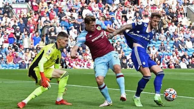 Burnley và Leeds đôi công quyết liệt
