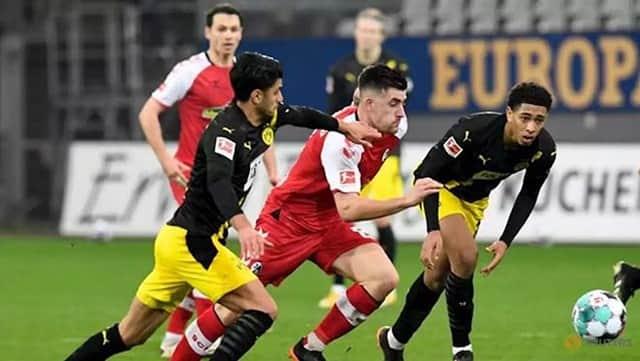 Dortmund (áo vàng đen) bất ngờ thất bại trước Freiburg