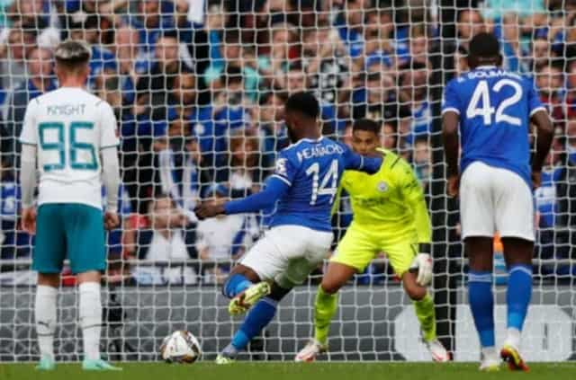 """Iheanacho kiếm về cho Leicester một quả penalty và cũng chính anh """"kết liễu"""" đội bóng cũ Man City cuối trận"""