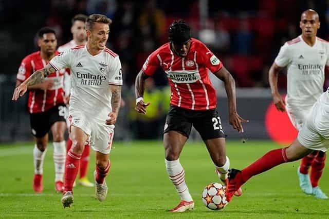 PSV (áo đỏ) thực sự gặp khó khăn trước Benfica