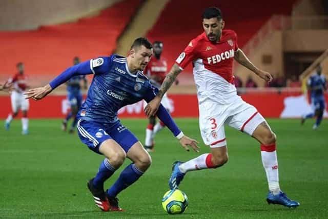 Monaco (áo đỏ trắng) gây ra nhiều bất ngờ cho đội chủ nhà Shakhtar