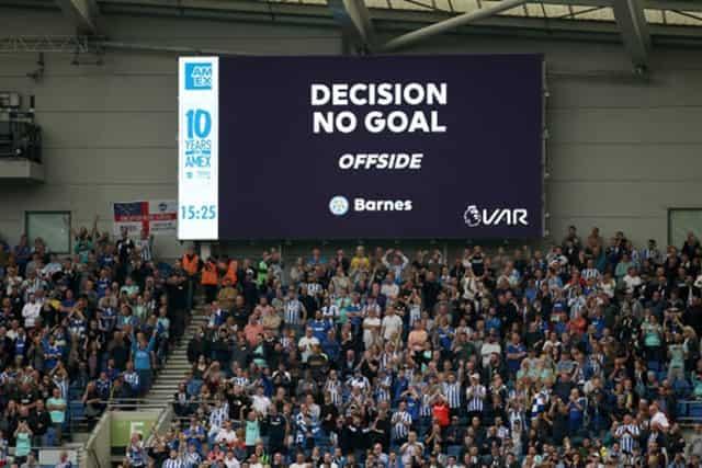 Không những 1 mà tận 2 lần VAR không công nhận bàn thắng của Leicester vì Harvey Barnes việt vị