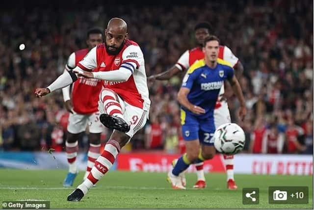 Lacazette bình tĩnh mở tỷ số cho Arsenal nhờ quả penalty thành công đầu trận gặp AFC Wimbledon