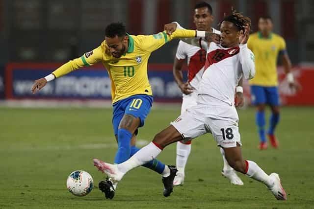Neymar (áo vàng) chơi tốt trước Peru