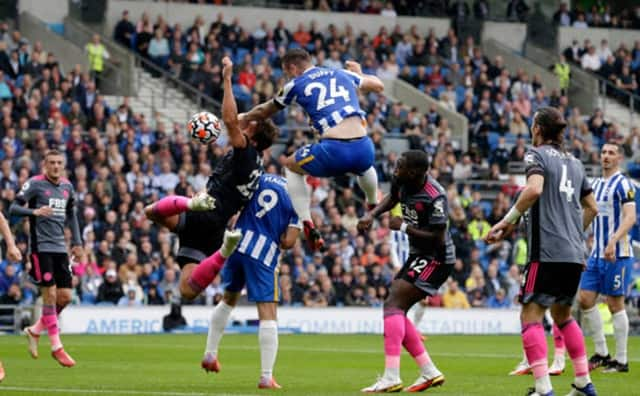 Tình huống dẫn tới quả penalty mở tỷ số của Brighton