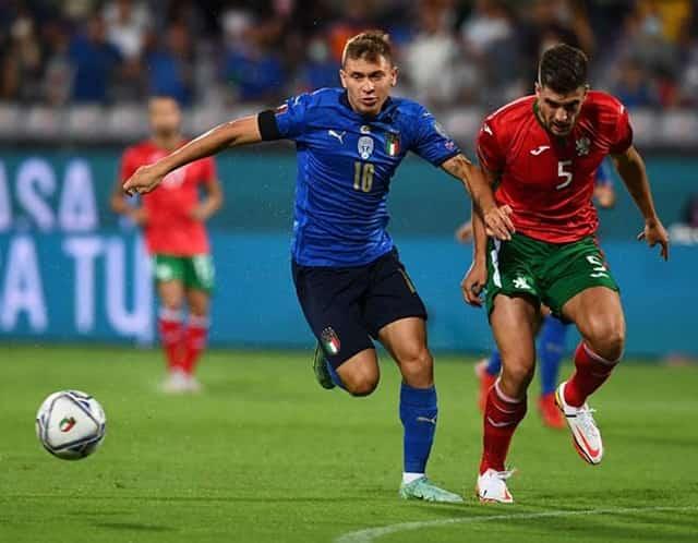 Italia (áo xanh thẫm) gặp nhiều khó khăn trước Bulgaria