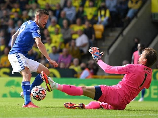 Vardy sắm vai tội đồ lẫn anh hùng của Leicester City trong hiệp một