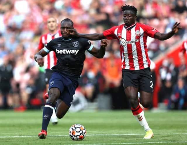 Southampton (phải) chơi vượt trội so với West Ham trong phần lớn hiệp 1