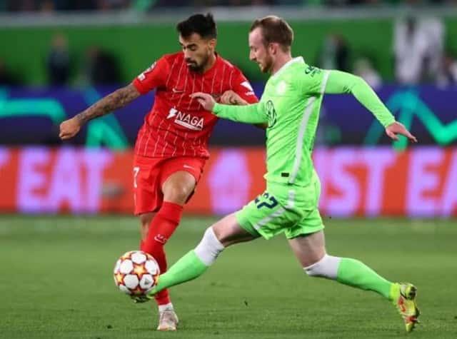 Wolfsburg (áo xanh) và Sevilla nỗ lực thi đấu