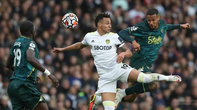 Leeds (áo trắng) xuất sắc giành điểm trước Watford