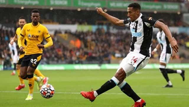Trận đấu giữa Wolverhampton (áo vàng) và Newcastle diễn ra hấp dẫn